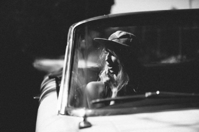 Красивая девушка в автомобиле - Stone Forest