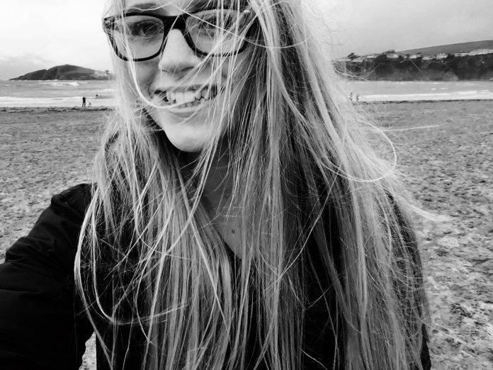 Девушка на пляже - Stone Forest