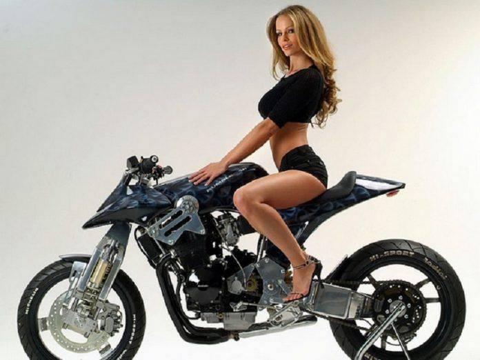 Сексуальная девушка на мотоцикле - Stone Forest