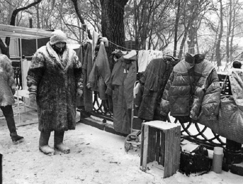 Дефолт в 1998 году заставил многих жителей новой обанкротившейся России выйти на улицу и продавать буквально все, что у них есть.