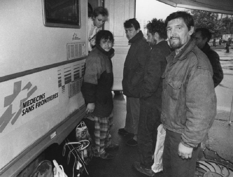"""Многие люди становились бомжами. Они теряли все - работу, жилье, имущество, семьи. Кормиться приходилось в пунктах помощи """"Врачей без границ""""."""
