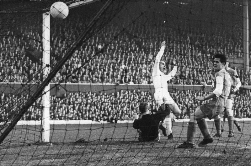 19 MAY 1960: ALFREDO DI STEFANO SCORES REAL MADRIDS'' SECOND GOAL DURING THE 7-3 DEMOLITION OF EINTRACHT FRANKFURT AT HAMPDEN PARK IN THE EUROPEAN CUP FINAL. DI STEFANO SCORED 3 WHILE PUSKAS SCORED 4. Mandatory Credit: Allsport Hulton/Archive