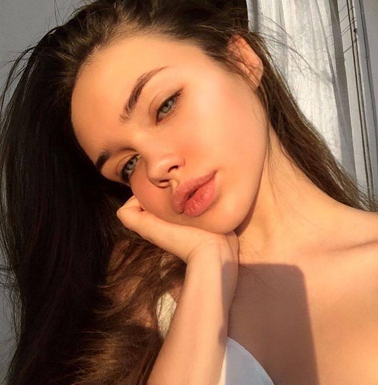 Привлекательная молодая девушка - Stone Forest - Stone Forest