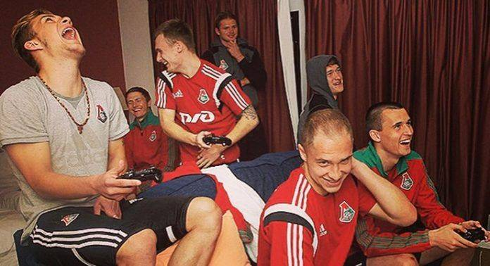 Игроки Локомотива играют в приставку - Stone Forest
