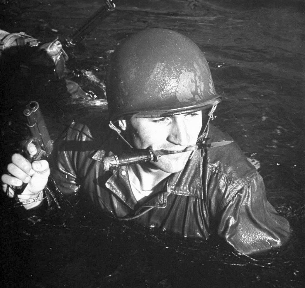 Солдат с ножом Ka-Bar USMC - Stone Forest