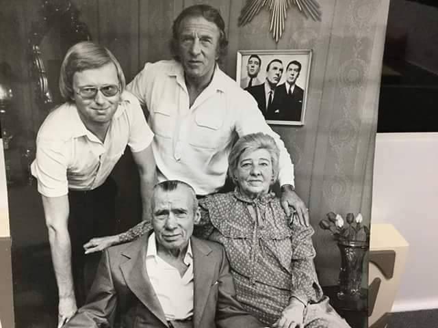 Чарли Крэй с отцом Чарльзом и матерью Энни - Stone Forest