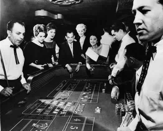 Женщины играют в казино - Stone Forest