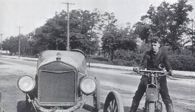 Чарльз Линдберг у отцовского автомобиля - Stone Forest