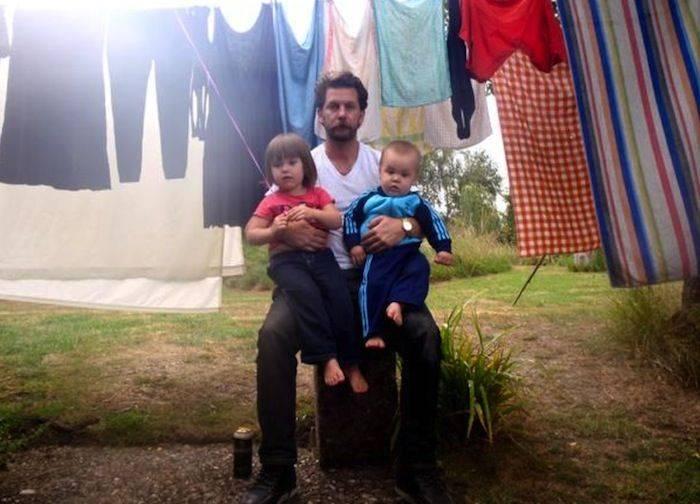 Гэвин МакИннес с детьми - Stone Forest