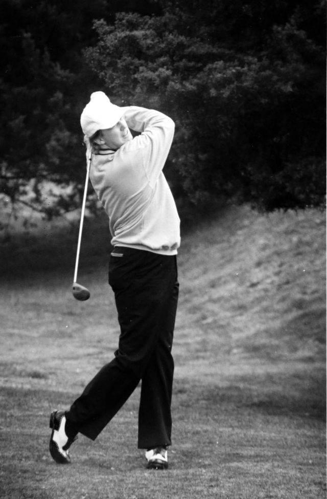 Дональд Трамп играет в гольф - Stone Forest