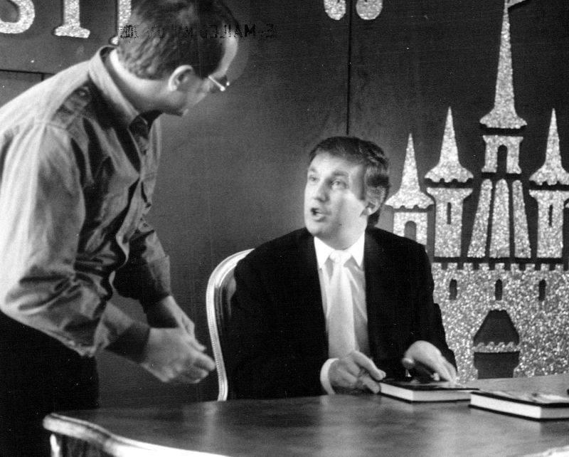 """Дональд Трамп дает автограф на презентации свое книги """"Искусство заключать сделки"""" - Stone Forest"""
