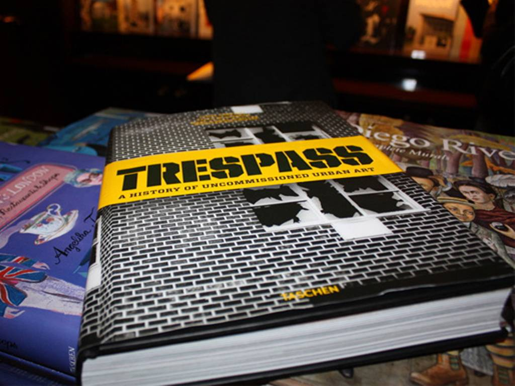 trespass a history of uncommissioned urban art Книги про граффити - Stone Forest