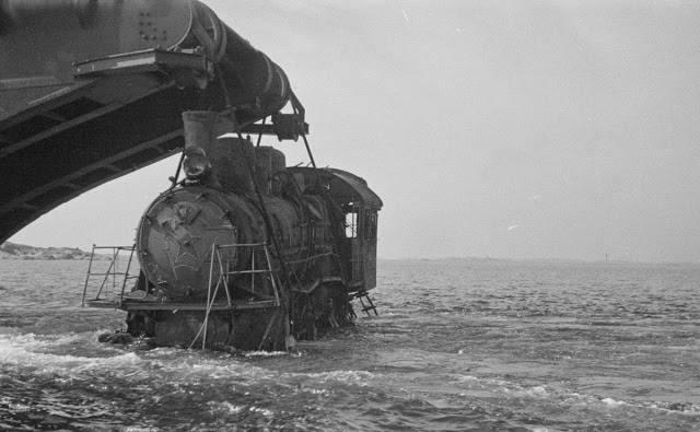 Баржа поднимает разбитый советский локомотив - Stone Forest