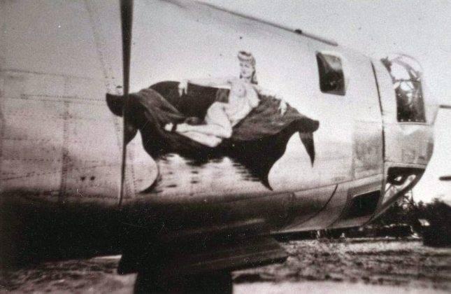 Рисунки голых женщин на борту самолета - Stone Forest