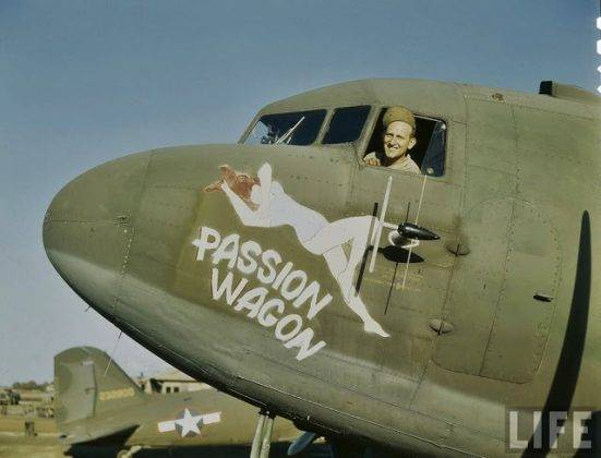 Рисунки обнаженных женщин на борту самолета - Stone Forest