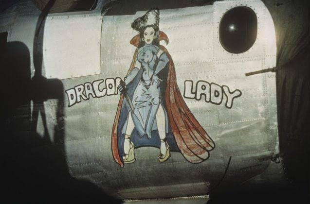 Рисунки обнаженных девушек на борту самолета - Stone Forest