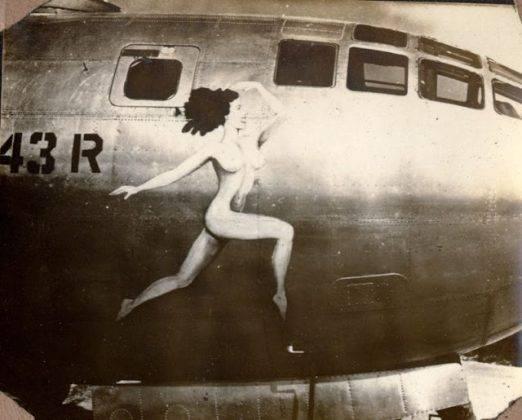 Рисунок женщины на борту самолета - Stone Forest