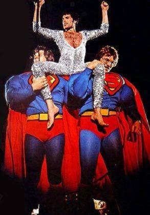 Фредди Меркури Верхом на Супермене - Stone Forest