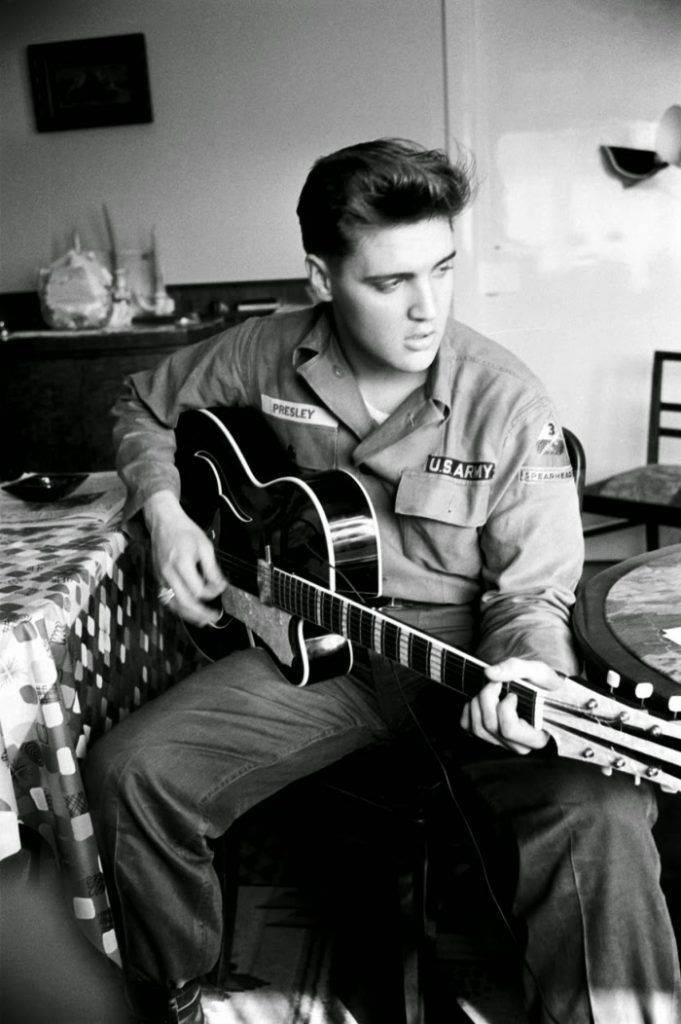 Элвис Пресли играет на гитаре в армии - Каменный лес Stone Forest