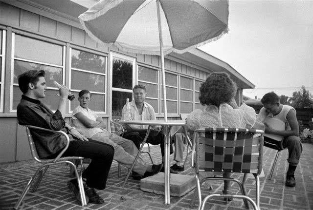 Элвис Пресли с семьей в Мемфисе 1956 - Каменный лес Stone Forest