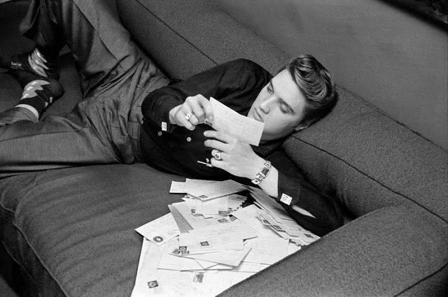 Элвпис Пресли читает письма поклонниц, 1956, Нью Йорк - Каменный лес Stone Forest