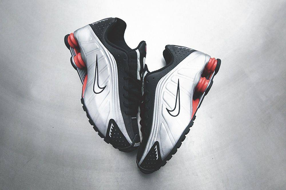 finest selection e1677 b676c Nike Shox R4 не были исключением — дебютная расцветка обладала большими  серебристыми боковыми панелями, переходящими в чёрную шнуровку, мысок и  подмётку.
