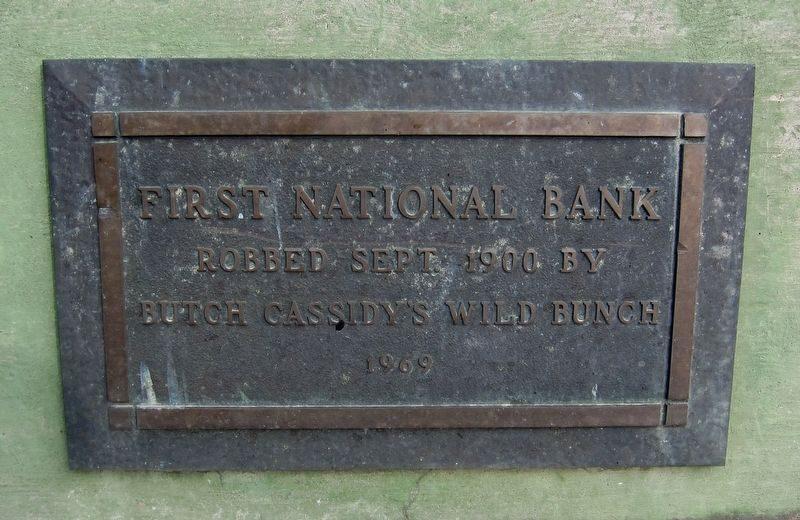 Памятная вывеска Первого национального банка в память об ограблении Дикой Банды - Каменный лес Stone Forest