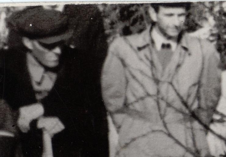 Иванов (слева) и Темпалов 6 мая 1959 года наблюдают за полковником Ортюковым, который выносит загадочный аппарат