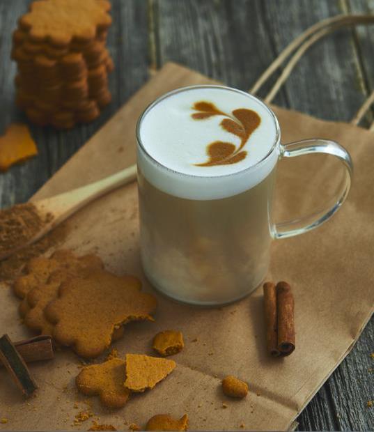 Кофейно-молочный «глинтвейн» – безалкогольный напиток, который готов побороть хандру и подарить новогоднее настроение